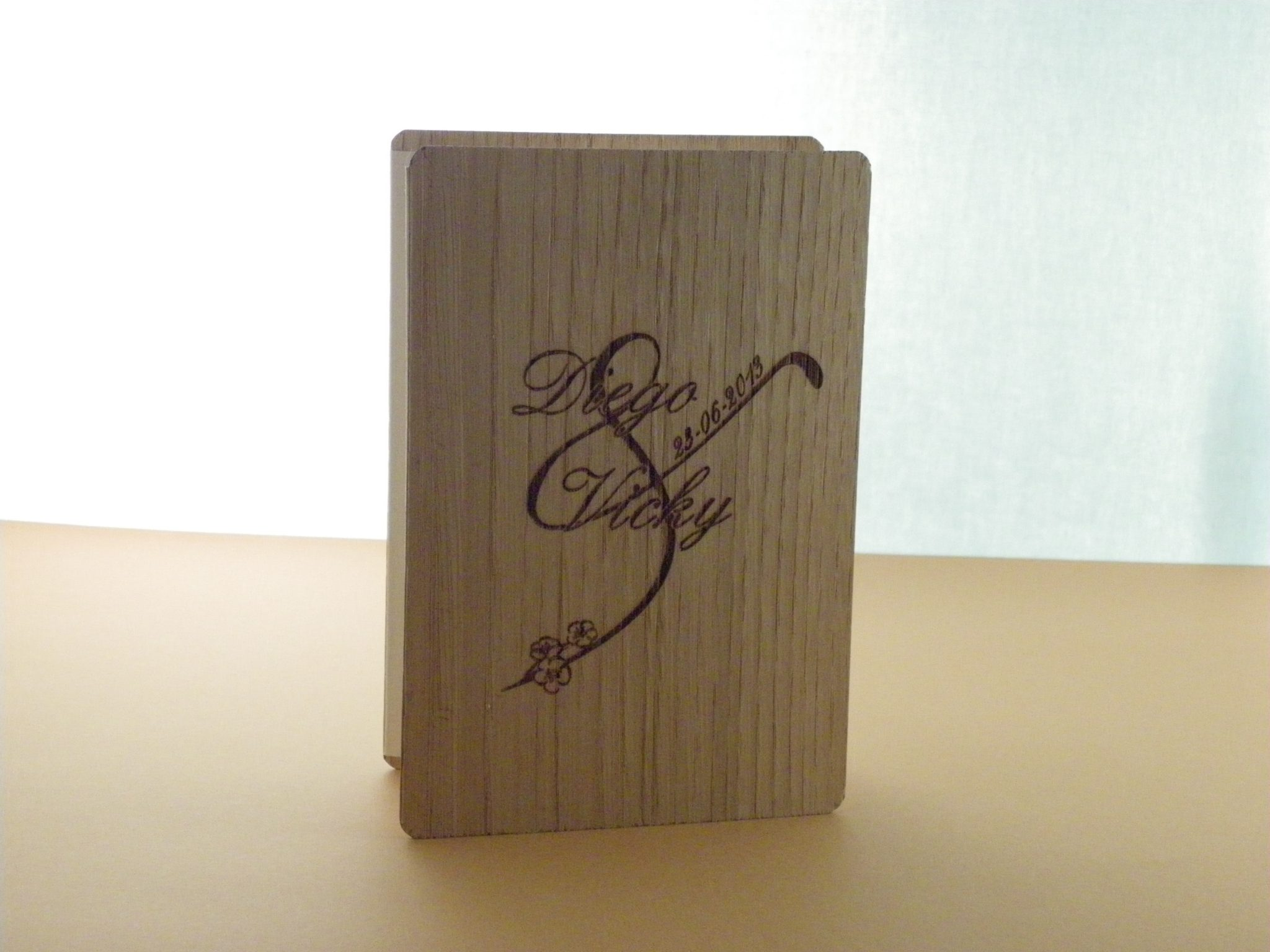 Invitación en madera tipo acordeón plegado