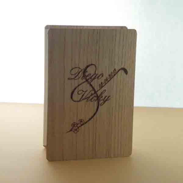 Invitación en madera tipo acordeón