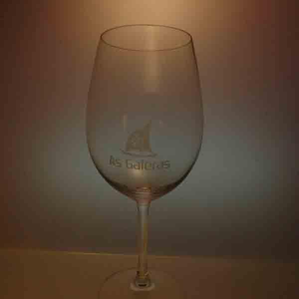 Copa de vino grabada en laser. En Lasergraf grabamos en laser sobre cristal la imagen de tu empresa.