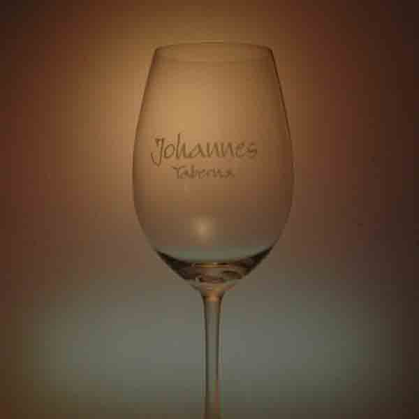 Laser sobre copas de vino.