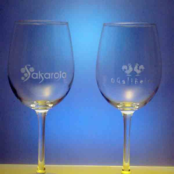 Grabado en laser de copas de vino.